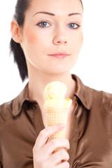 Frau mit Eistüte in der Hand