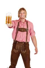 Glücklicher Mann mit Lederhose hält Oktoberfest Maß Bier