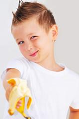 Kind mit Banane