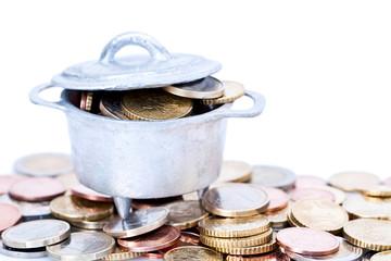 Chaudron rempli de pièces sur tas de pièces d'euro