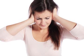 Attraktive Frau leidet unter Lärm