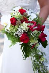 Braut mit Brautstrauß zur Hochzeit