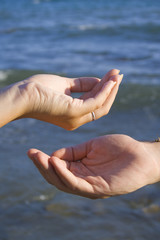 Manos frente al mar