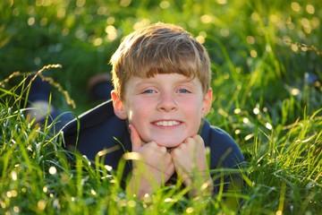 LächelnderJunge im Gras