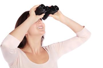 Attraktive Frau schaut durch Fernglas