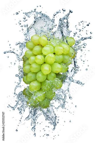 winogrono-w-strumieniu-wody