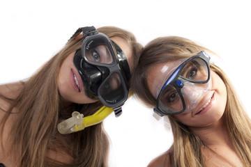ragazze e amiche con faccie simatiche e maschere da sub
