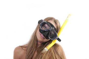 ragazza allegra con maschera da sub