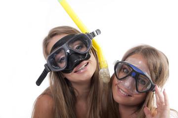 felicità e faccie buffe di ragazze con maschere