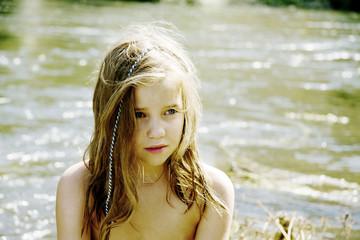 niña en el rio