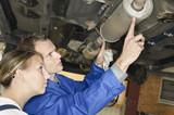 Fototapety Autowerkstatt Abgasanlage prüfen