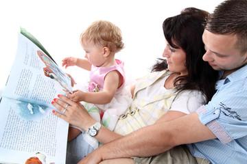 junge familie liest ein buch