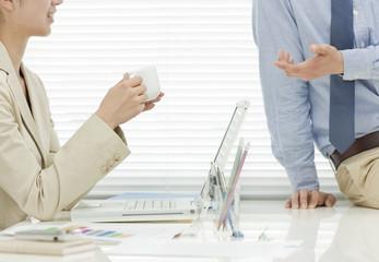 オフィスで会話をする男女