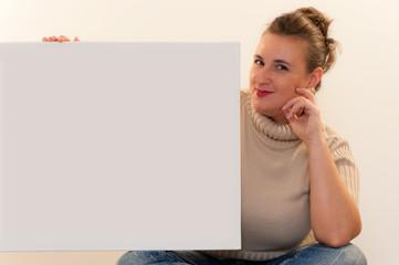 Junge mollige Frau mit einer Werbetafel