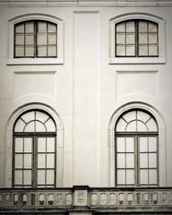 Fassade eines alten Gebäudes mit klassischen Fenstern