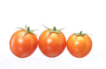 Tres tomates mojados.