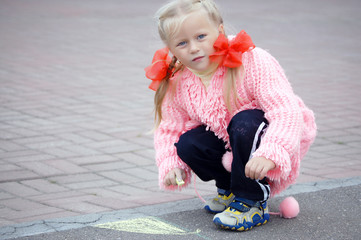 Drawing with chalk girl