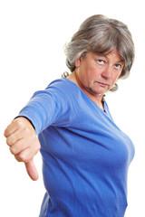 Seniorin zeigt Daumen runter