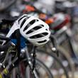 casque blanc posé sur le guidon d'un vélo