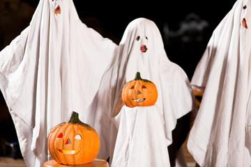 Gespenster an Halloween (Fokus auf Kürbis)