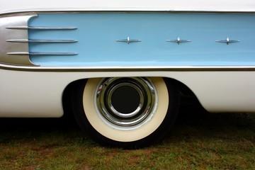 aileron et roue de voiture antique