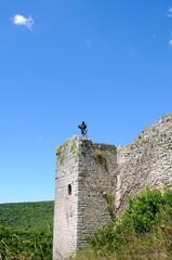 Ritter mit Schwert hält Wache am Burgturm