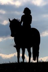 Pferd und Reiter im Sonnenuntergang