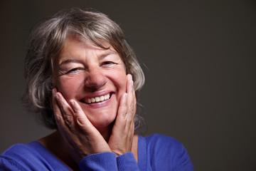 Zufriedene Rentnerin lächelt
