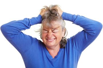 Seniorin rauft sich die Haare