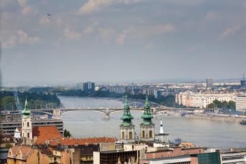 Avión elevándose sobre el Danubio en Budapest (toma 2)