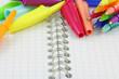 stylos à bille couleurs sur page quadrillée de carnet à spirale