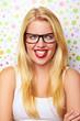 junge blonde frau mit roten lippen und brille