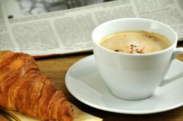 Frühstück mit Zeitung