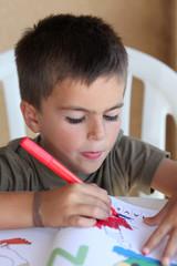 bambino colora dei disegni