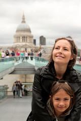 mère et fille en ville