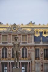 Statuette de femme nue au chateau de versailles