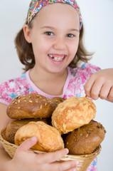 Mädchen nascht vom Brotkorb