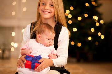 Mädchen und Baby an Weihnachten