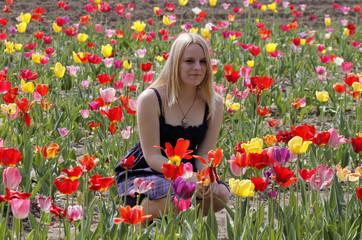 Blondes Mädchen im Frühling mit Tulpen - Blond girl with tulips