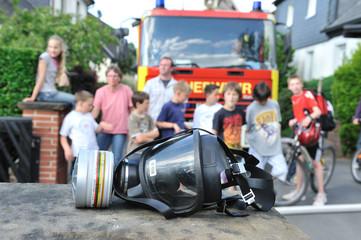 Schaulustige vor Feuerwehrauto