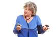 Seniorin kontrolliert ihren Blutdruck