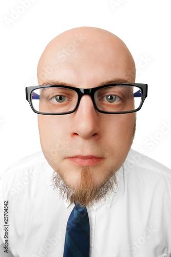 Junger Mann mit leerem Gesichtsausdruck