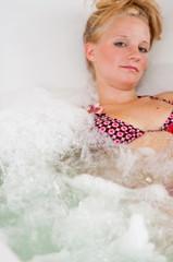 Junge Frau badet im Whirllpool