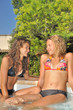 Adolescentes au bord de la piscine