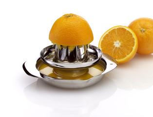 Orangensaftpresse mit Orangen