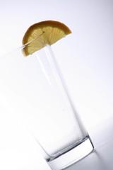 Glas mit Zitrone