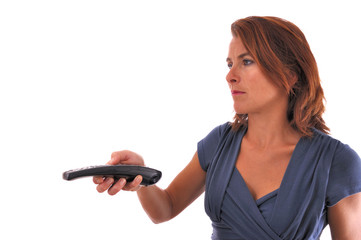 Femme qui tient une télécommande