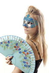 Chica rubia con mascara y abanico