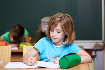 Mädchen schreibt Aufsatz