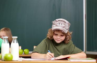 Junge in der Grundschule
